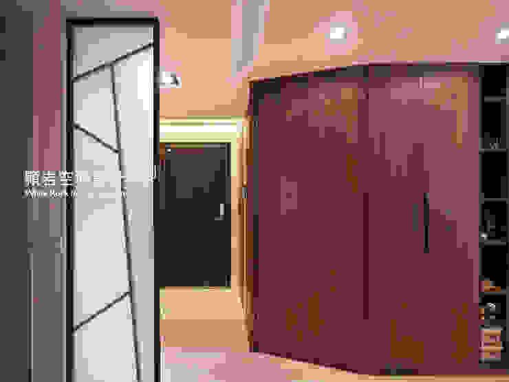 桃園市  桃園區  黃公館:  走廊 & 玄關 by 顥岩空間設計