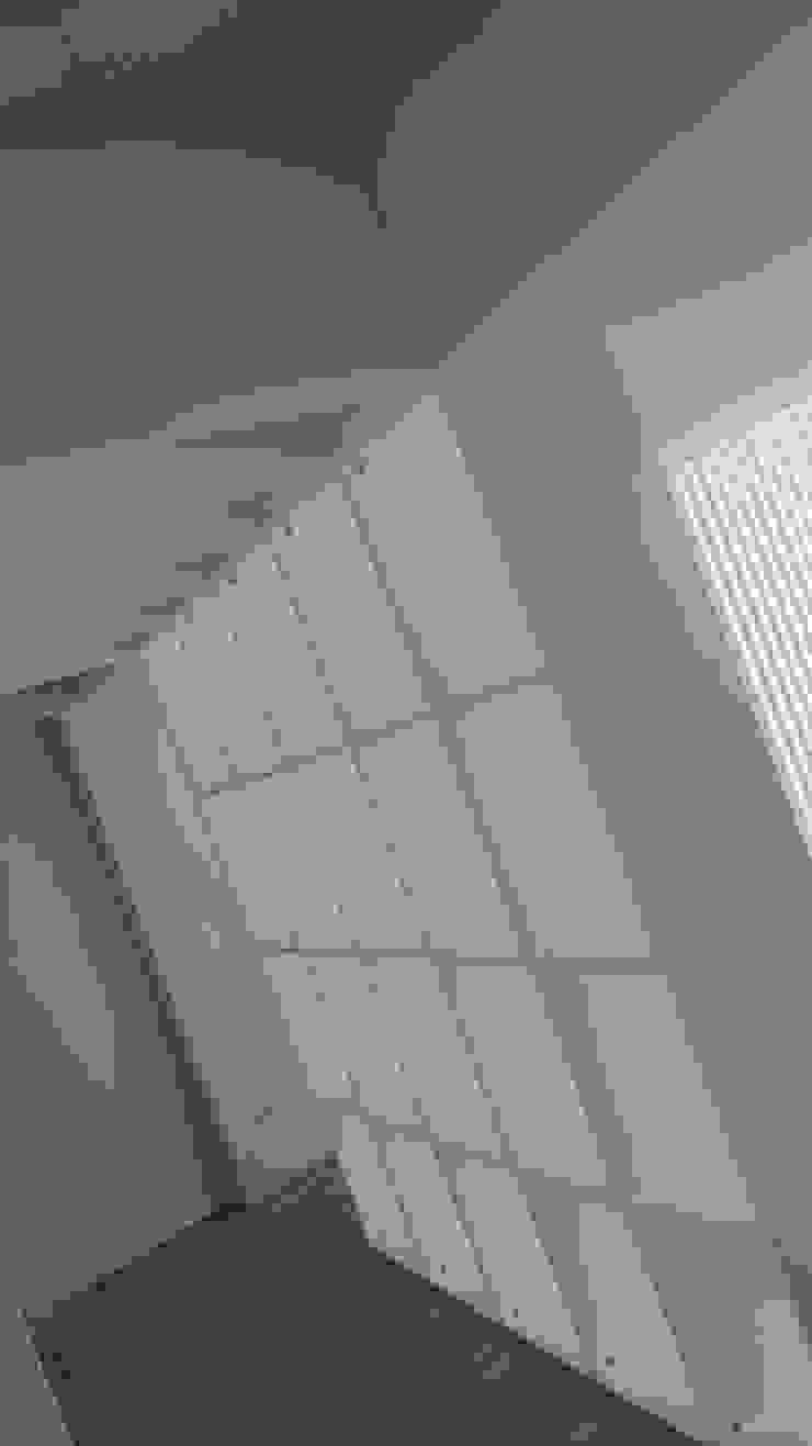 Davide Domingues Arquitecto Ingresso, Corridoio & Scale in stile minimalista MDF Bianco