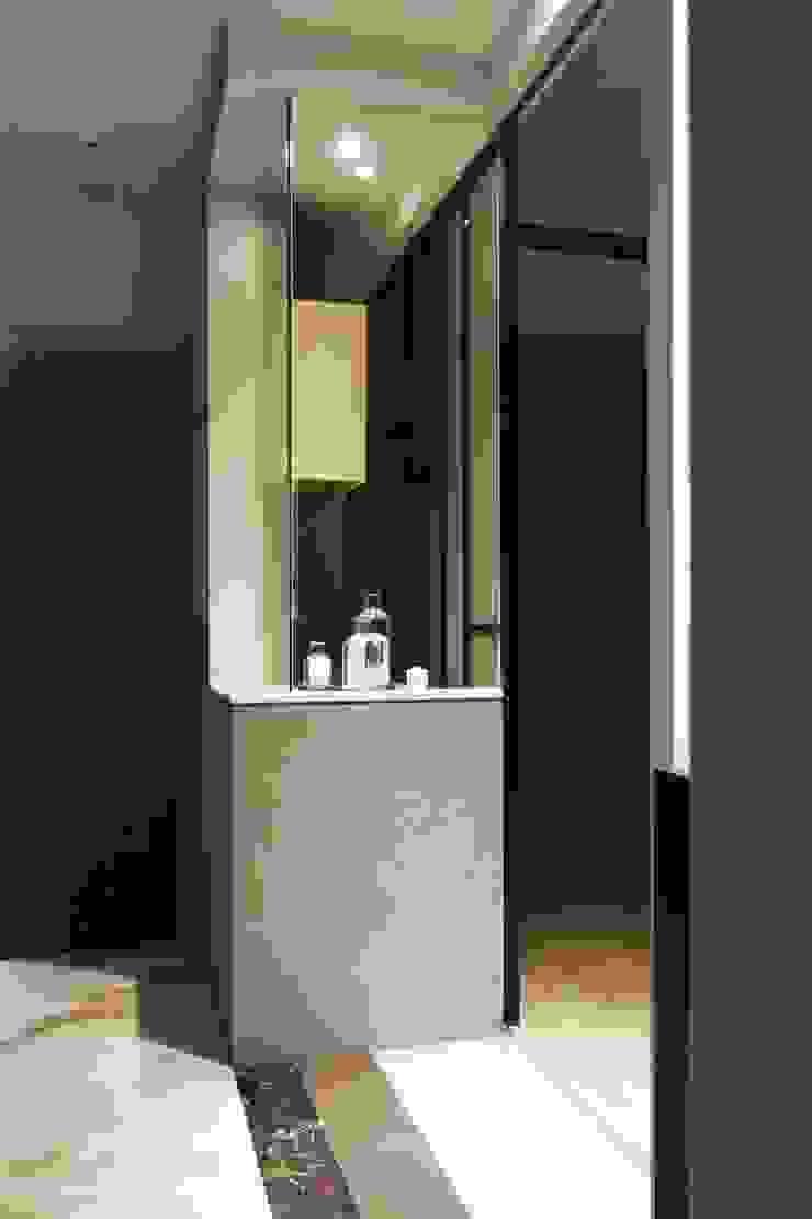 中區 複層住宅 現代風玄關、走廊與階梯 根據 馬汀空間設計 現代風