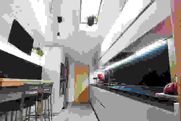 Cucina 01 homify Cucina moderna Legno Bianco