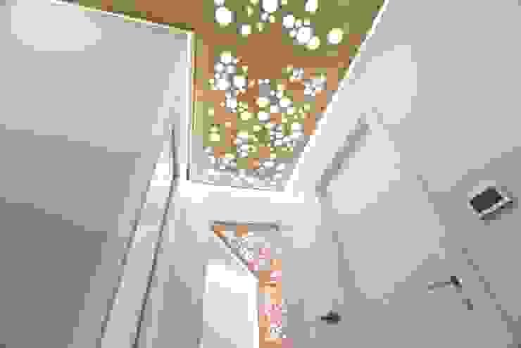 Particolare homify Ingresso, Corridoio & Scale in stile moderno Legno Bianco