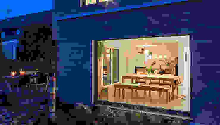 Blick nach innen durchs Panoramafenster Moderner Balkon, Veranda & Terrasse von KitzlingerHaus GmbH & Co. KG Modern