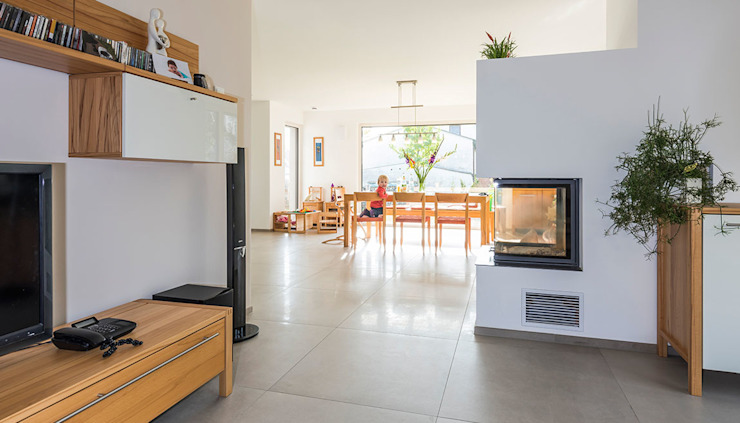 Offener Kamin als Raumteiler zum Wohnzimmer Moderne Wohnzimmer von KitzlingerHaus GmbH & Co. KG Modern