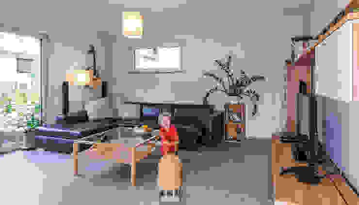 Wohnzimmer mit viel Platz für die ganze Familie Moderne Wohnzimmer von KitzlingerHaus GmbH & Co. KG Modern