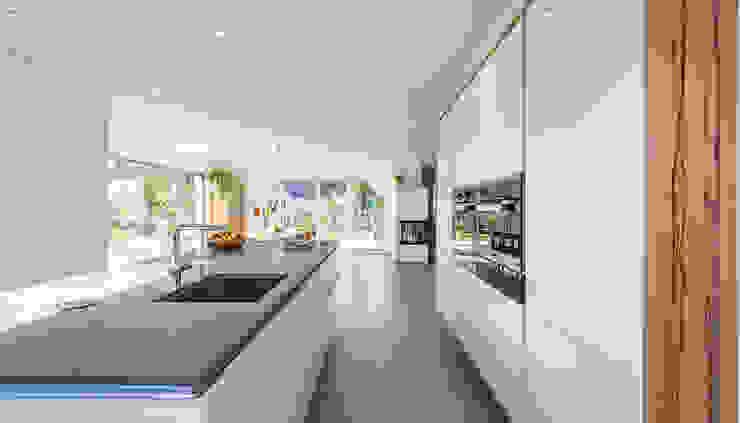 Offener Koch-Essbereich mit bodentiefen Fenstern von KitzlingerHaus GmbH & Co. KG Modern