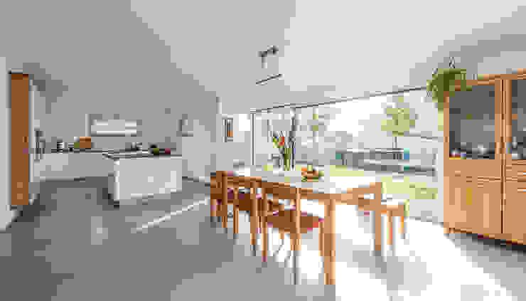 Essbereich mit bodentiefen Panoramafenster Moderne Esszimmer von KitzlingerHaus GmbH & Co. KG Modern
