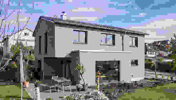 Modernes Ökohaus mit vorvergrauter Holzfassade von KitzlingerHaus GmbH & Co. KG Modern Holzwerkstoff Transparent