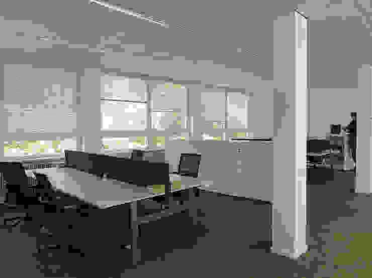Werkplekken, bureau's per 4 werkplekken gekoppeld Moderne kantoorgebouwen van Jan Detz Interieurarchitect Modern