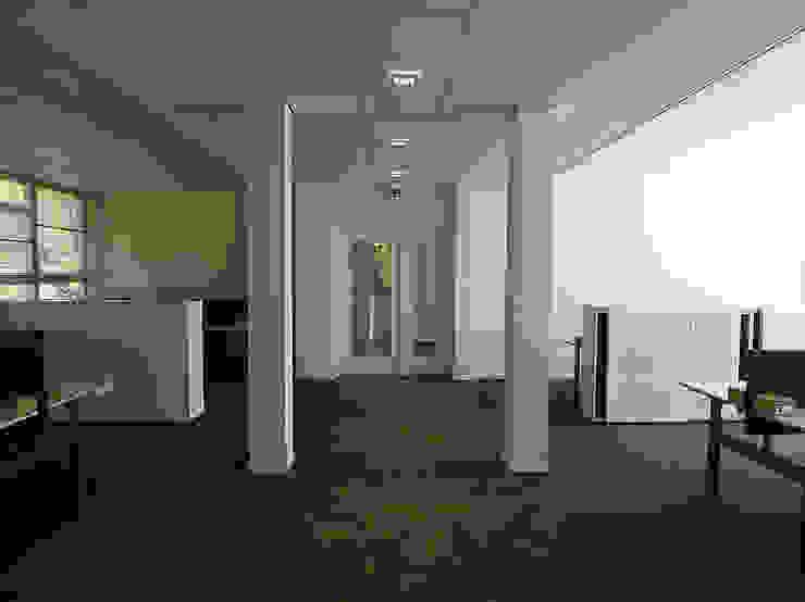 Veel ruimte tussen de bureau's geeft een zeer ruimtelijk effect. Kasten tussen de bureau's om privacy te creëren. Moderne kantoorgebouwen van Jan Detz Interieurarchitect Modern