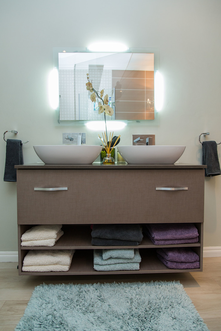 Contemporary meets African accents Modern bathroom by Indoni Interiors Modern Quartz