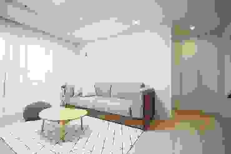 광장동 32평 내츄럴 홈스타일링 미니멀리스트 거실 by homelatte 미니멀