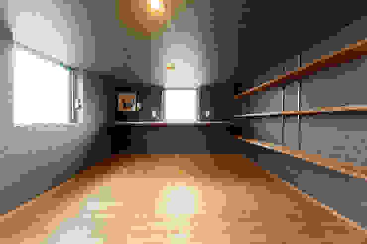 ロフトにある旦那さんの趣味部屋: 株式会社かんくう建築デザインが手掛けた書斎です。,オリジナル