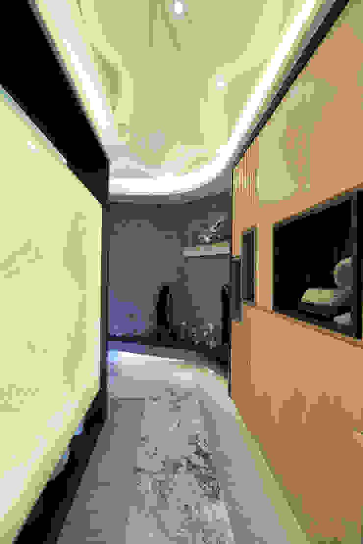 收藏家私宅 現代風玄關、走廊與階梯 根據 DIANTHUS 康乃馨室內設計 現代風