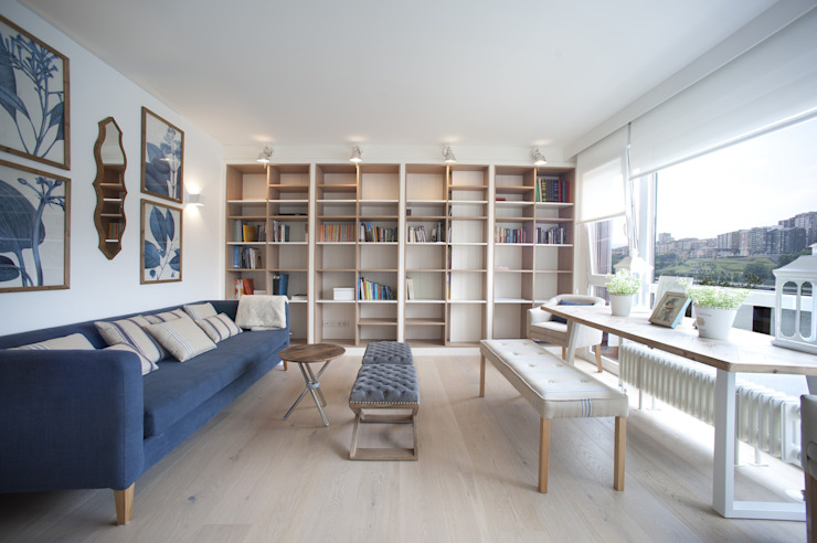 Reforma de vivienda en madera, blanco y tonos azules Livings de estilo clásico de Sube Susaeta Interiorismo Clásico
