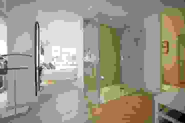 Reforma de vivienda en madera, blanco y tonos azules Baños de estilo clásico de Sube Susaeta Interiorismo Clásico