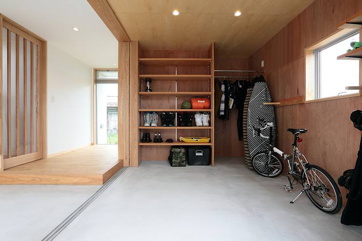 Double Garage by TEKTON | テクトン建築設計事務所, Eclectic Wood Wood effect