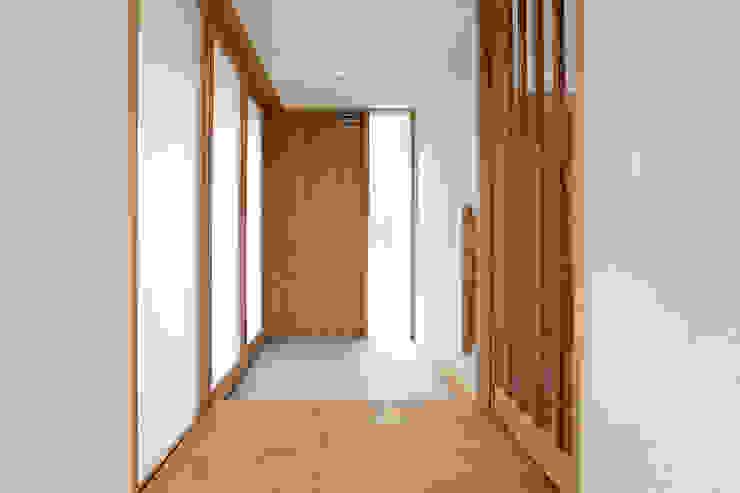 TEKTON | テクトン建築設計事務所 Eclectic corridor, hallway & stairs