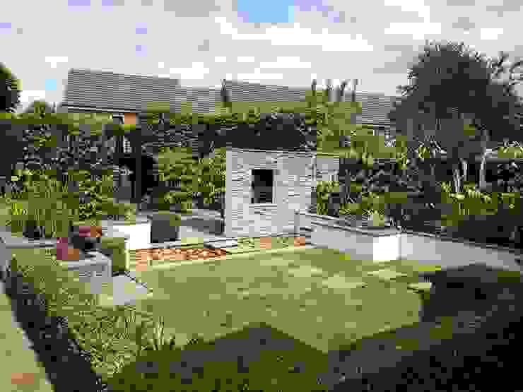 Small, contemporary garden Bracknell, Berkshire 根據 Linsey Evans Garden Design 現代風