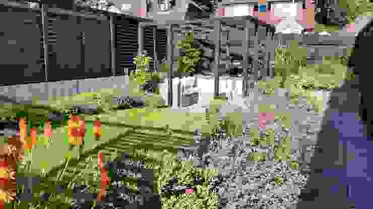 Sloping Garden Design, Crowthorne, Berkshire Modern Garden by Linsey Evans Garden Design Modern