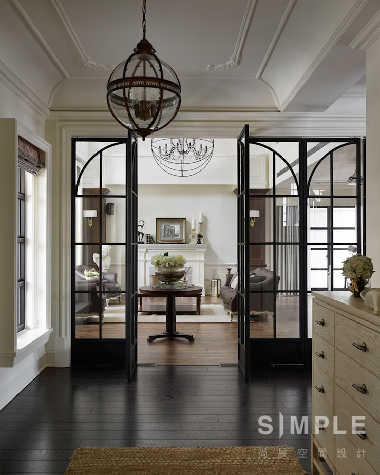 台中 皇家皇品實品屋 經典風格的走廊,走廊和樓梯 根據 尚展空間設計 古典風