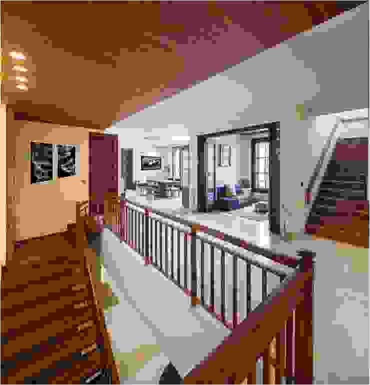Aggarwal Residence Modern corridor, hallway & stairs by groupDCA Modern
