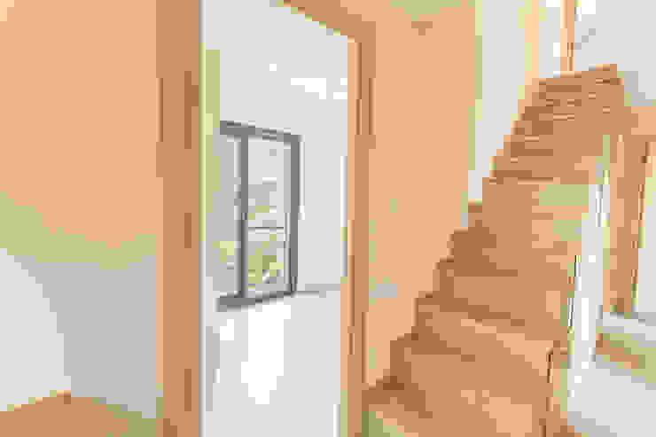 Egeli Proje Corredores, halls e escadas modernos Madeira Efeito de madeira