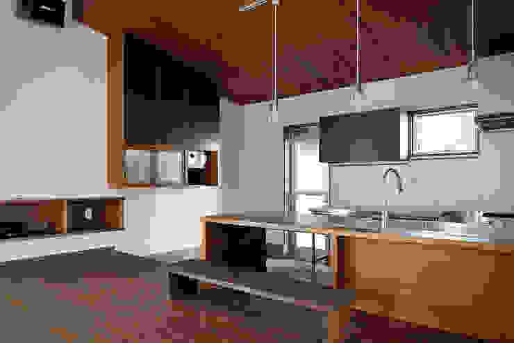Ruang Keluarga Modern Oleh デザイン・ラボ 一級建築士事務所 Modern
