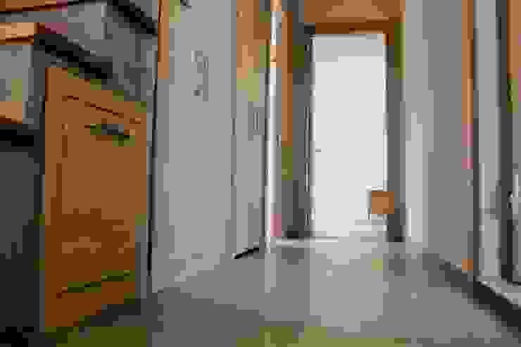 Couloir et hall d'entrée de style  par Egeli Proje, Moderne Bois Effet bois