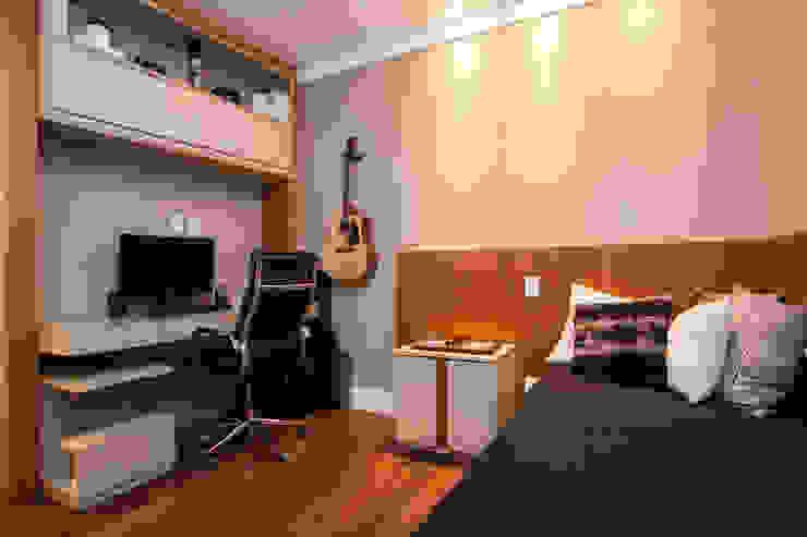 quarto do jovem rapaz andrea carla dinelli arquitetura Quartos modernos Madeira Preto