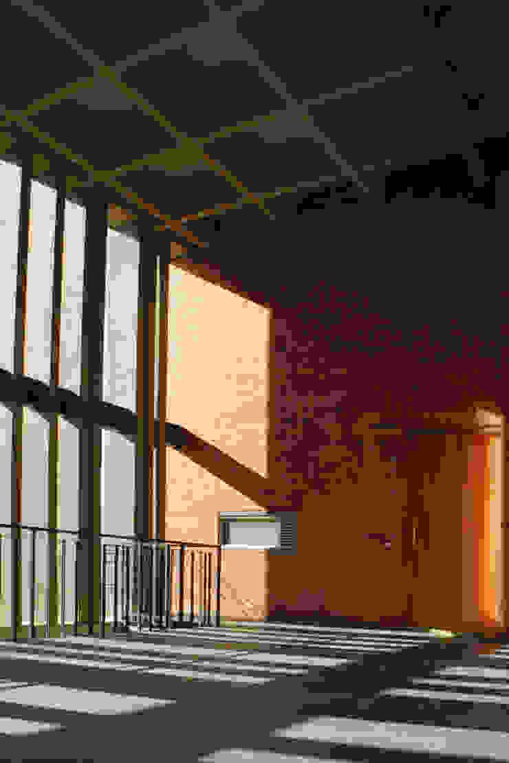 Nowoczesne ściany i podłogi od ARQUITECTOS URBANISTAS A+U Nowoczesny
