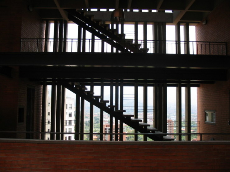 Nowoczesny korytarz, przedpokój i schody od ARQUITECTOS URBANISTAS A+U Nowoczesny