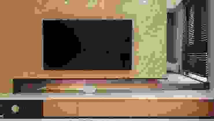 電視牆 现代客厅設計點子、靈感 & 圖片 根據 見和空間設計 現代風