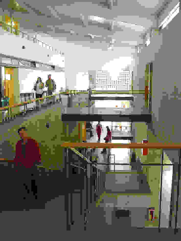 Facultad Arquitectura UPB Pasillos, vestíbulos y escaleras de estilo moderno de ARQUITECTOS URBANISTAS A+U Moderno