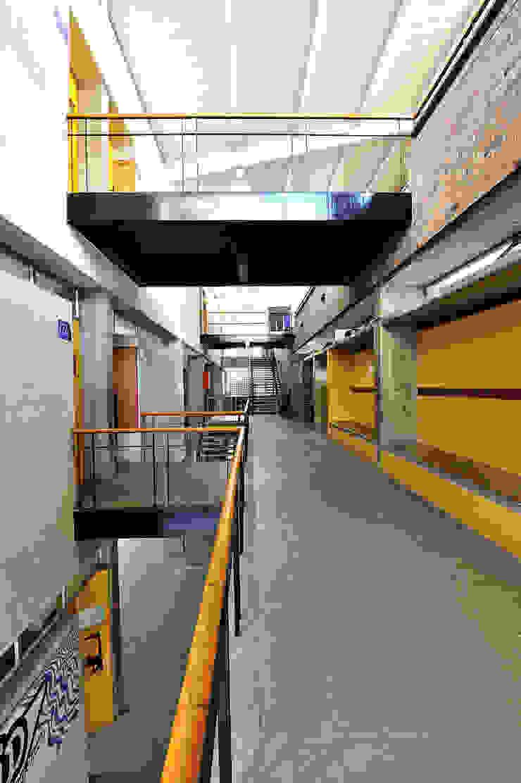 Facultad Arquitectura UPB Estudios y despachos de estilo moderno de ARQUITECTOS URBANISTAS A+U Moderno