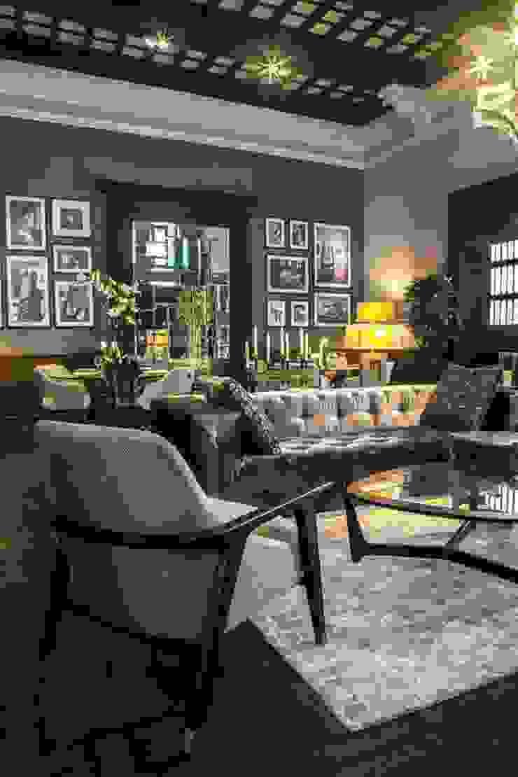Sala Ten con sofa Caramelo de ADRIANA HOYOS VENEZUELA Ecléctico Textil Ámbar/Dorado