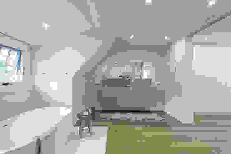 Minimalist bathroom by Contempo Studio Minimalist