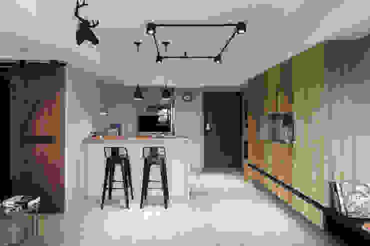 Salle à manger de style  par E&K宜客設計, Industriel