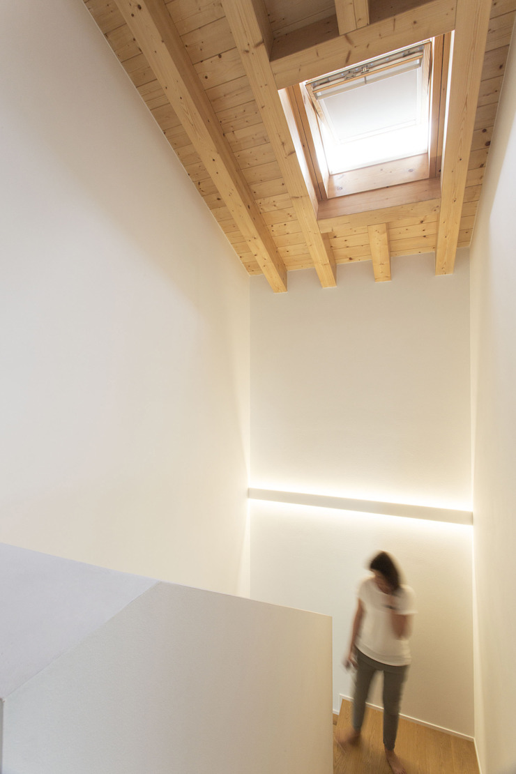 Modern Corridor, Hallway and Staircase by Didonè Comacchio Architects Modern