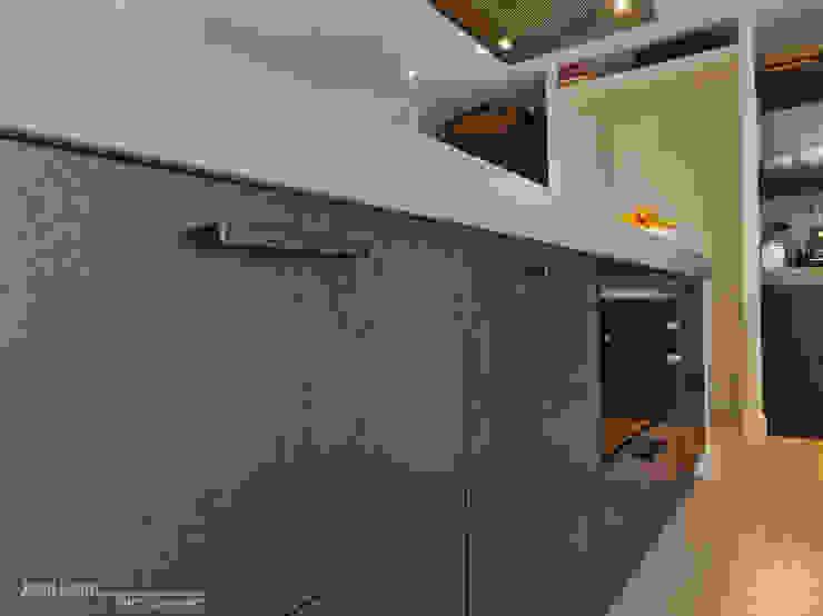Maatwerkkeuken: kastenwand met kookeiland. Eiken fronten en composiet werkblad: modern  door Joep Schut, interieurmaker, Modern
