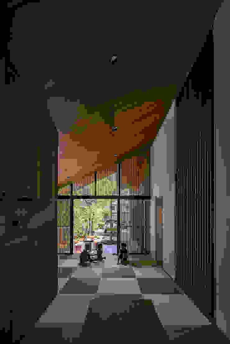 リビング 武藤圭太郎建築設計事務所 モダンデザインの リビング 木 ブラウン