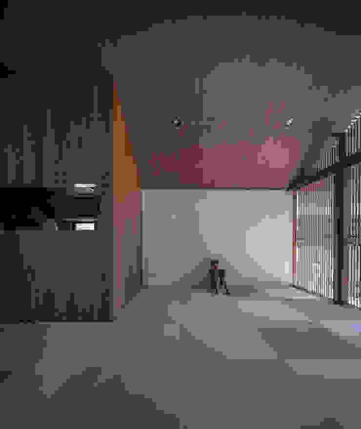 リビング キッチン 武藤圭太郎建築設計事務所 モダンデザインの リビング 木 ブラウン