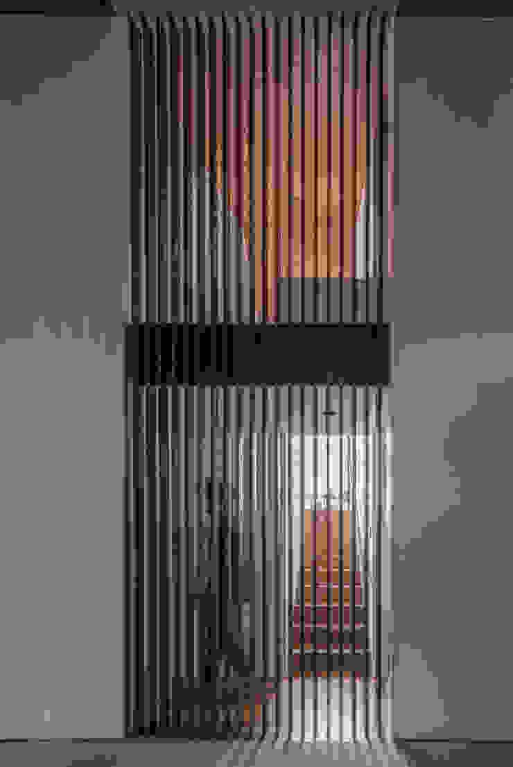 リビング 格子 武藤圭太郎建築設計事務所 モダンデザインの リビング 白色