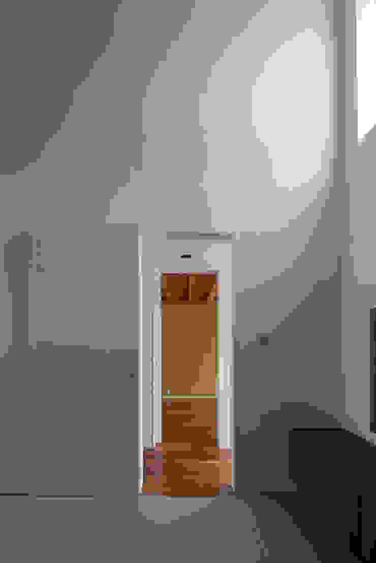 リビング 廊下 ゲストルーム 武藤圭太郎建築設計事務所 モダンデザインの リビング
