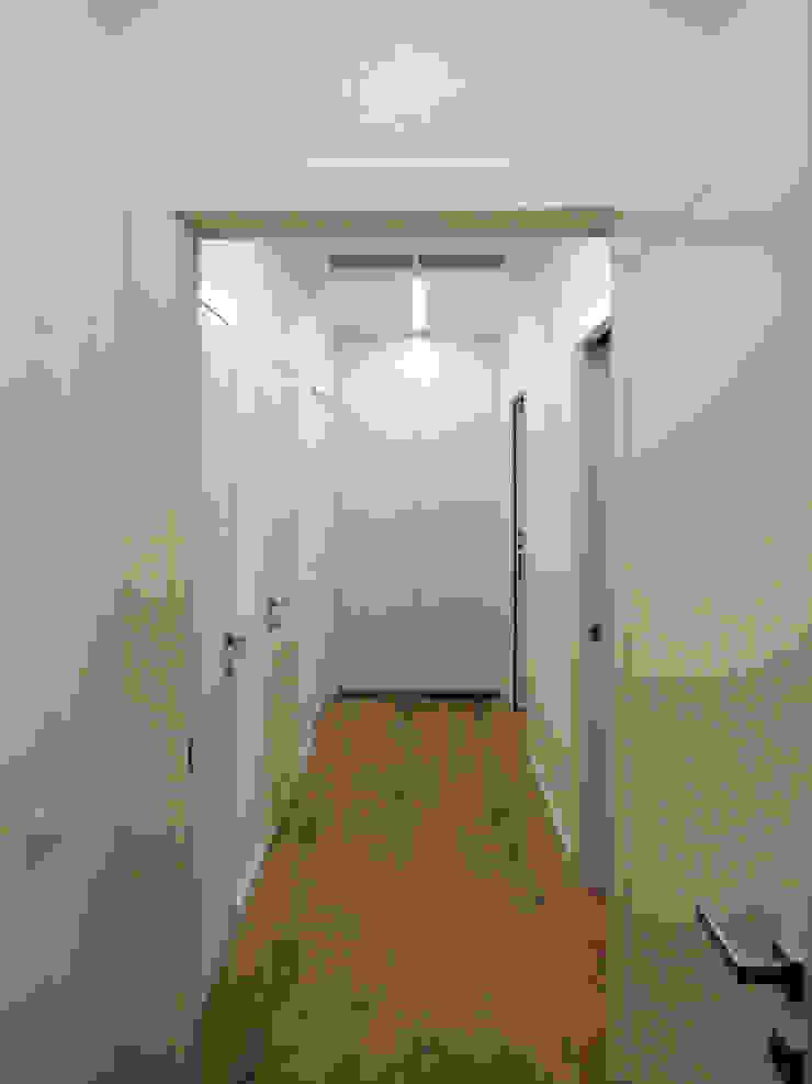 Nowoczesny korytarz, przedpokój i schody od ginardi arredamenti srl Nowoczesny
