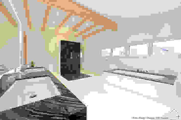 Projekt 01 RAUM+ Minimalistische Badezimmer Marmor Weiß
