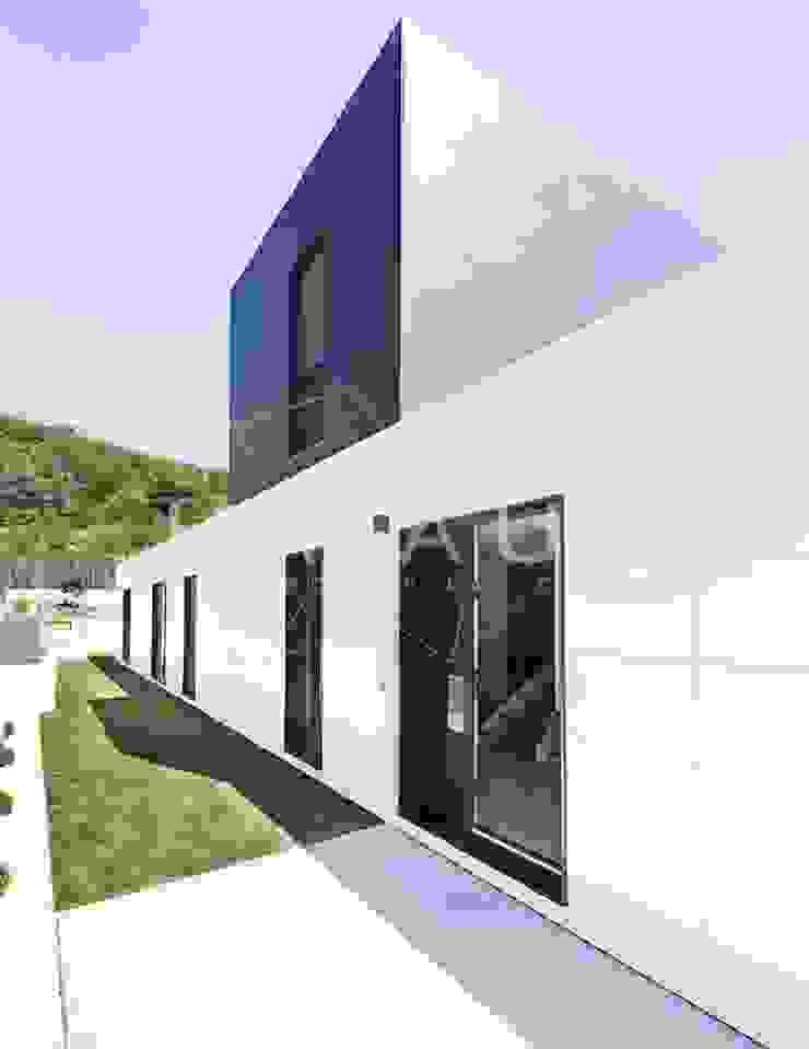 Modelo Formentor en Barcelona. de Casas inHAUS Minimalista Cerámico