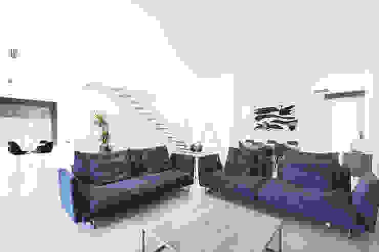 Modelo Formentor en Barcelona. Salones de estilo minimalista de Casas inHAUS Minimalista Cerámico