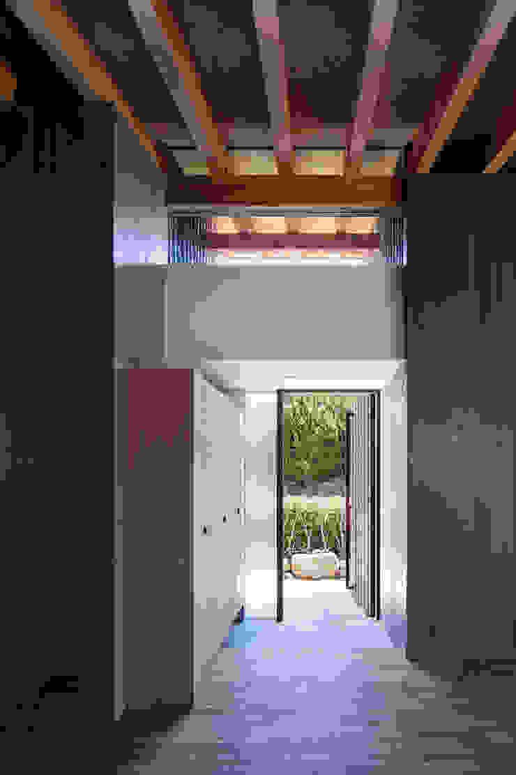 Couloir, entrée, escaliers modernes par 井上久実設計室 Moderne