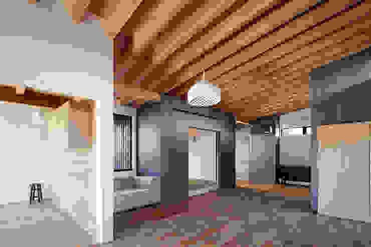 Livings modernos: Ideas, imágenes y decoración de 井上久実設計室 Moderno