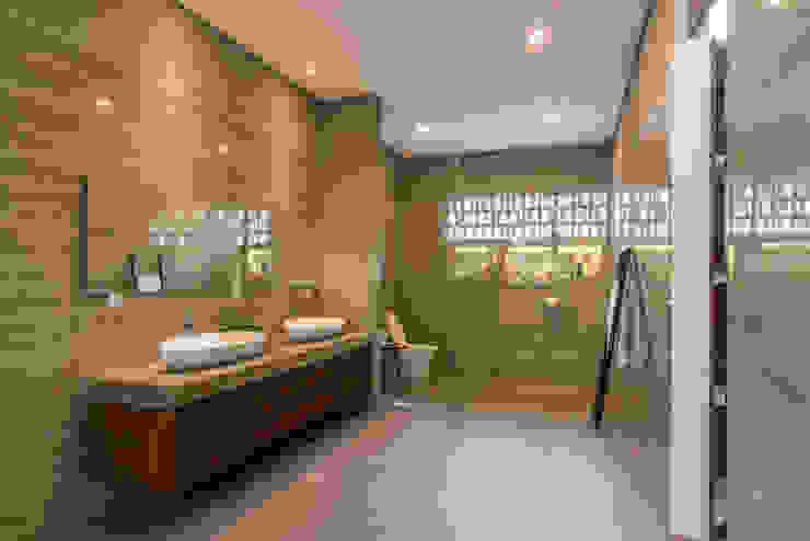 Phòng tắm phong cách nhiệt đới bởi ARCHID Nhiệt đới